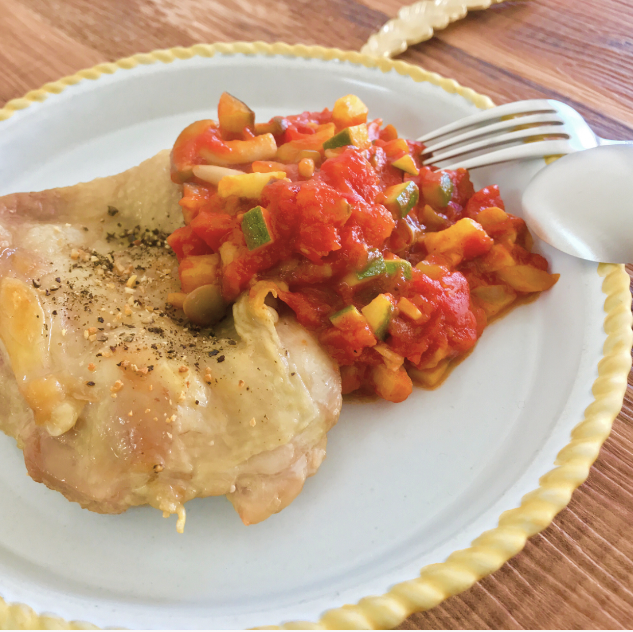 パーティーにも映える鶏肉レシピ!チキンソテーのトマトソース添え