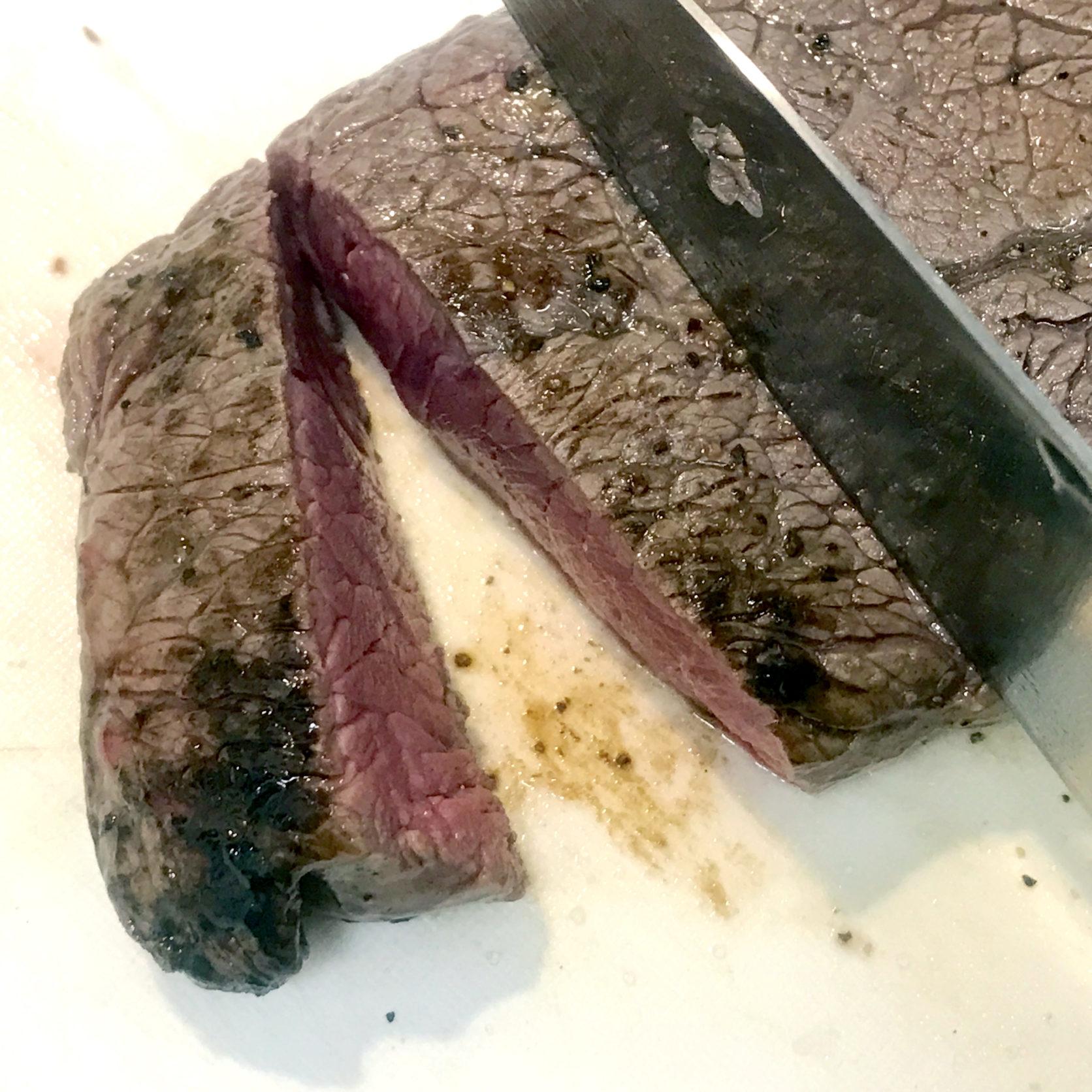 王道ソースでいただく。牛ランプ肉のステーキ